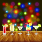 Cocktails op houten lijst en barlichtenachtergrond vector illustratie