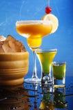 Cocktails oranges sur le bleu Photos libres de droits