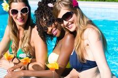 Cocktails potables d'ami dans la barre de piscine Images stock