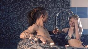 Cocktails potables de couples heureux dans la piscine banque de vidéos