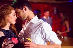 Cocktails potables de couples mignons ensemble Photographie stock libre de droits