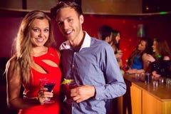 Cocktails potables de couples mignons ensemble Image stock