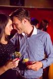 Cocktails potables de couples mignons ensemble Photo stock