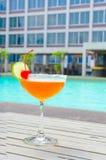Cocktails près de la piscine l'été Photo stock