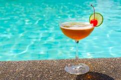 Cocktails près de la piscine l'été Photo libre de droits