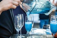 Cocktails am Restaurant Blaue Cocktails im Verein Satz Cocktails auf der Bar Stockbilder