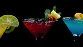 Cocktails rouges, jaunes et bleus de dépassement clips vidéos