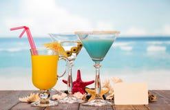 Cocktails Saft und Starfishes Lizenzfreie Stockbilder