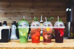 Cocktails sans alcool exotiques créatifs dans la barre de boîte de nuit Images libres de droits