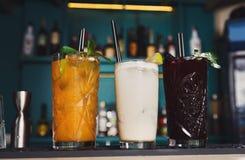 Cocktails sans alcool exotiques créatifs dans la barre de boîte de nuit Images stock