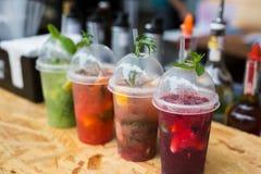 Cocktails sans alcool exotiques créatifs dans la barre de boîte de nuit Photo libre de droits