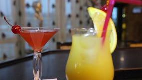 Cocktails se tenant sur la barre Boissons de cocktails clips vidéos