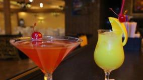 Cocktails se tenant sur la barre Boissons de cocktails banque de vidéos