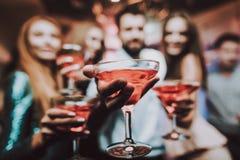 cocktails Selfie com amigos Amigos no clube imagens de stock