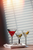 Cocktails sur le plateau Images stock