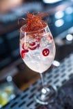 Cocktails toniques de genièvre en verre de vin avec le piment sur le compteur de barre dans le chiot ou le restaurant photos stock