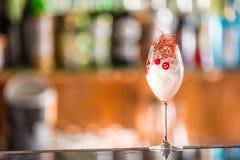 Cocktails toniques de genièvre en verre de vin avec le piment sur le compteur de barre dans le chiot ou le restaurant photographie stock