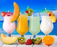 Cocktails tropicaux avec des fruits frais photographie stock