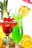 Cocktails tropicaux verts et rouges Photo stock