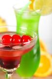 Cocktails tropicaux verts et rouges Image libre de droits