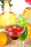 Cocktails tropicaux verts et rouges Image stock