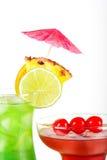 Cocktails tropicaux verts et rouges Photos stock