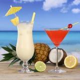 Cocktails und Alkoholgetränke auf dem Strand Stockbilder