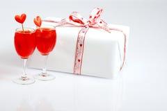 Cocktails und ein Geschenk für meinen Valentinsgruß Lizenzfreie Stockfotografie