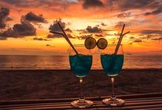 Cocktails und Sonnenuntergangfarbe Lizenzfreie Stockfotos