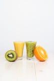 Cocktails von der Kiwi und von der Orange Lizenzfreies Stockfoto