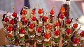Cocktailsnäcke mit Kirschtomaten stock video footage