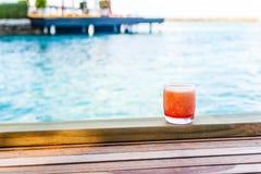 Cocktal colorido y mocktail con el mar Imagen de archivo