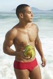 Coco bebendo Rio Beach do homem brasileiro atlético foto de stock