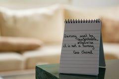 Coco Chanel zitiert geschrieben auf eine Blockanmerkung stockbilder