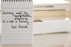 Coco Chanel zitiert geschrieben auf eine Blockanmerkung, Inspirationsphrase lizenzfreie stockbilder