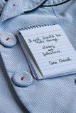 Coco Chanel zitiert geschrieben auf eine Blockanmerkung und eine noble Jacke lizenzfreies stockbild