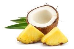 Coco com as folhas do abacaxi e do verde isoladas no fundo branco Imagem de Stock