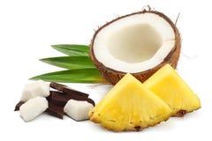 Coco com as folhas do abacaxi e do verde isoladas no fundo branco Fotografia de Stock