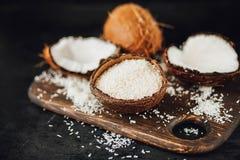 Coco com os flocos do coco e óleo ou manteiga raspada de coco Foto de Stock