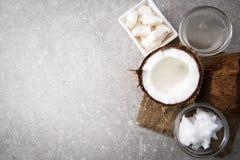 Coco con aceite de coco en tarro en fondo de madera Imagen de archivo