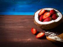 Coco con la fruta en fondo azul y marrón rústico Imagen de archivo libre de regalías