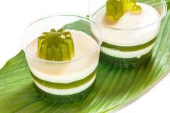 Coco de Pandan posto sobre uma folha verde Foto de Stock