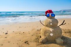 Coco de Santa Snowman en la playa Imágenes de archivo libres de regalías