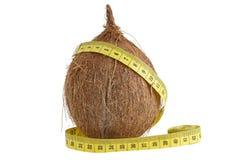 Coco e fita de medição (conceito da dieta) imagem de stock