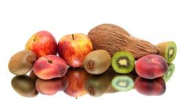 Coco e fruto maduro em um fundo branco Fotografia de Stock Royalty Free