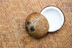 Coco em um fundo de madeira Imagem de Stock Royalty Free
