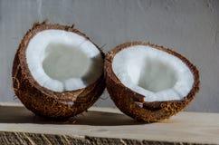 Coco entero y quebrado en blanco Foto de archivo libre de regalías