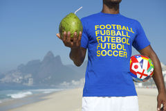 Coco internacional de la bola de la camisa del fútbol del jugador de fútbol brasileño fotografía de archivo libre de regalías