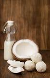 Coco, leite em uma garrafa de vidro e doces fotos de stock royalty free