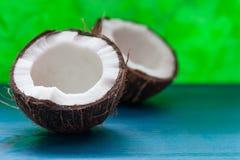 Coco tajado: mitades del coco en un fondo azul Imagen de archivo libre de regalías
